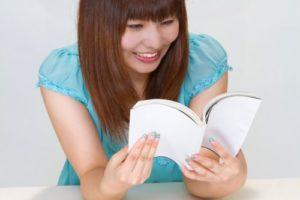 本を読み笑う女性