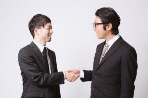 握手する2人のサラリーマン