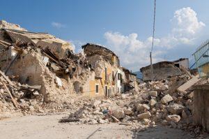 崩壊する家屋