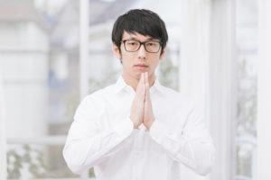 祈っている男